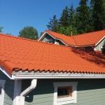 Katto kun kattotiilien maalaus tehty